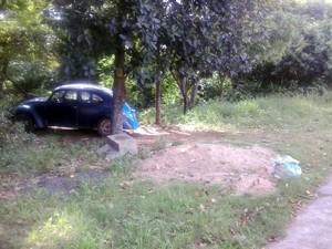 Lixos foram jogados em área verde (Foto: Leila Mello/VC no G1)