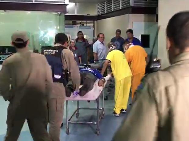 Bombeiro reformado foi levado para o Hospital de Trauma (Foto: Walter Paparazzo/G1)