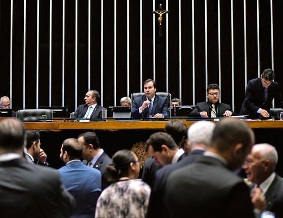 Rodrigo Maia preside sessão da Câmara.Candidato a reeleição,ele trabalha contra as medidas anticorrupção para angariar votos (Foto: Zeca Ribeiro)