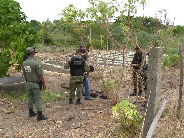 Corpo foi encontrado por populares em uma horta comunitária (Foto: Reprodução/TV Clube)