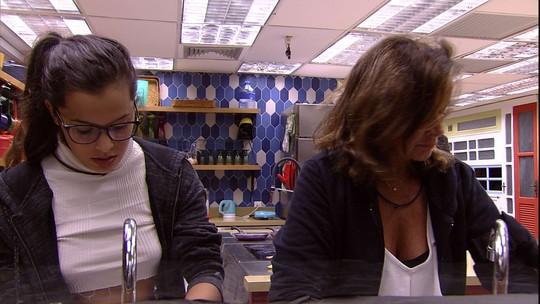Emilly oferece ajuda a Ieda para lavar a louça
