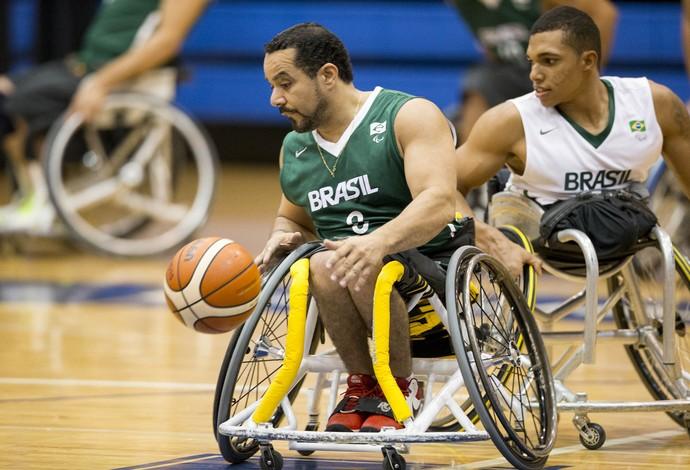 Dwan, de branco, marca companheiro de quipe no basquete em cadeira de rodas em treino para o Parapan de Toronto (Foto: Daniel Zappe/MPIX/CPB)