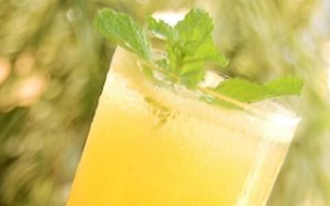Suco de abacaxi, laranja, maracujá e folhas de hortelã