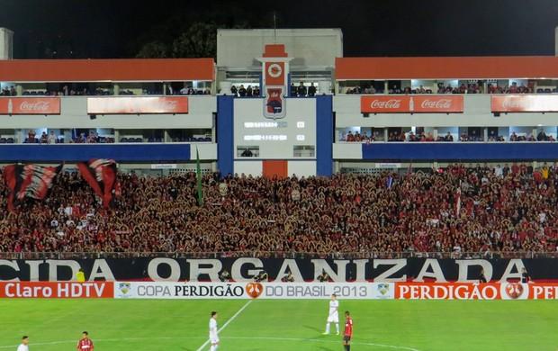 Torcida do Atlético-PR lota a Vila Capanema (Foto: Fernando Freire)