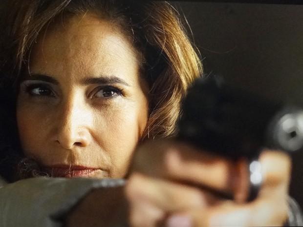 Wanda saca uma arma na direção do piloto (Foto: Salve Jorge/TV Globo)