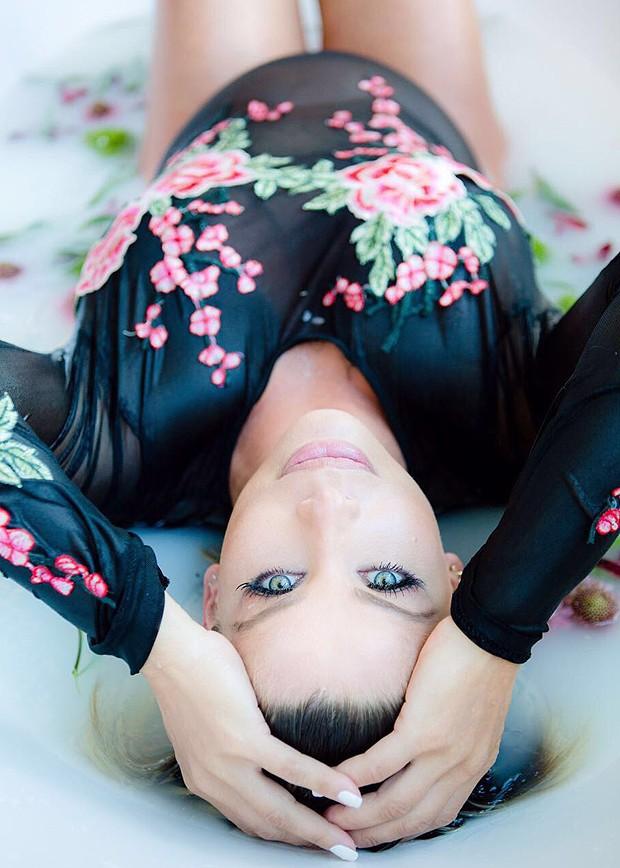 Clique de Karina Bacchi: body florido compõe a cena (Foto:   Leo Mayrinck/ Divulgação)