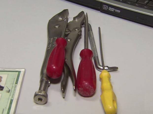 Mulher foi localizada com chaves e outros equipamentos em sua bolsa (Foto: G1)