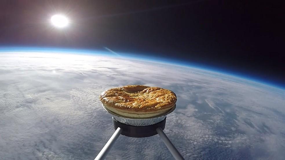 Torta foi colocada em um suporte com uma câmera e um equipamento para rastrear sua trajetória e foi levado para cima por um balão de meteorologia (Foto: BBC)