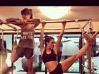 Isis Valverde faz aula de pilates e mostra abdômen em forma