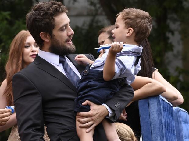 Rafael Cardoso brinca com criança em bastidores (Foto: Raphael Dias / Gshow)