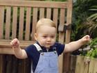 William e Kate divulgam foto de George dando seus primeiros passos