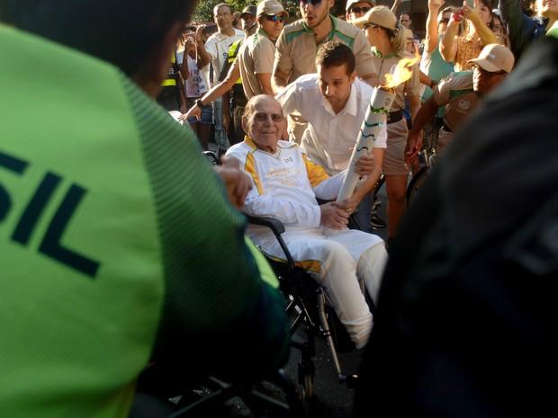 O cirurgião Ivo Pitanguy conduziu a tocha olímpica no Rio na sexta-feira (5) (Foto: Alessandro Buzas/Futura Press/Estadão Conteúdo)