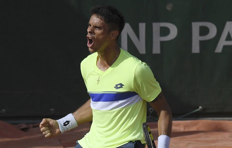 Rogerinho vibra após vitória no torneio de Roland Garros (Foto: GABRIEL BOUYS / AFP)