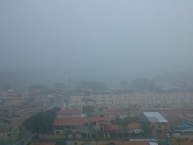 Chuva começou às 5h e ainda não parou. Imagem mostra o Bairro Messejana por volta de 8h. (Foto: Gioras Xerez/G1 CE)