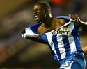 Jogador do Wigan comemora gol no fim rasgando a própria camisa