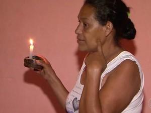 Celuta Rocha anda pela casa com uma vela na mão depois que o sol se põe na Bahia (Foto: Imagens/Tv Sudoeste)
