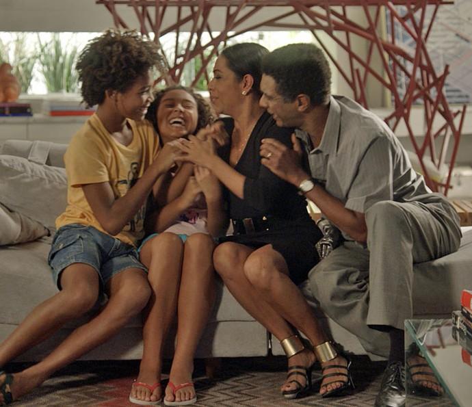 Família se reúne novamente, feliz da vida (Foto: TV Globo)