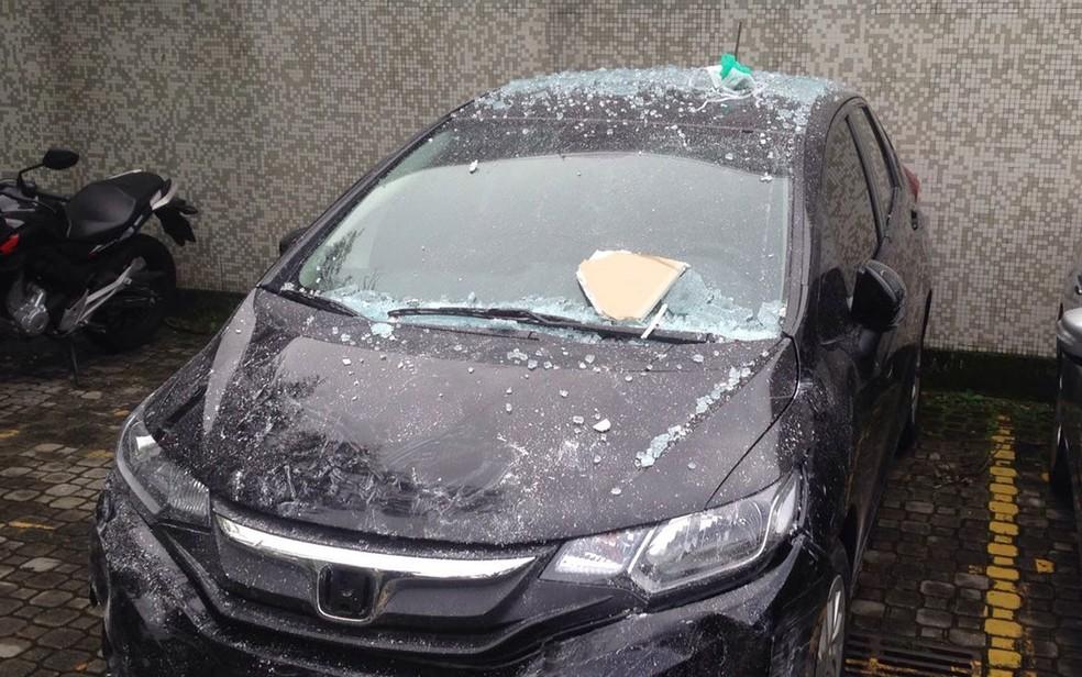 Honda Fit invadiu recepção de hospital (Foto: Bruno Albernaz / G1)