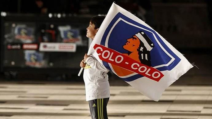Torcedor do Colo-Colo com a bandeira do clube (Foto: Diego Alvujar/ Divulgação Colo-Colo)