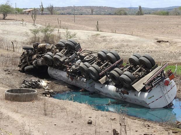 Carreta saiu da pista e óleo diesel foi derramado na Bahia (Foto: Raimundo Mascarenhas/Calila Noticias)
