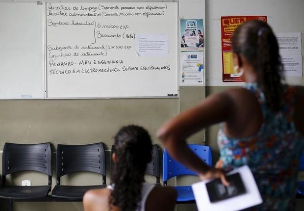 Mulheres desempregadas olham quadro com oportunidades de trabalho em agência de empregos em Itaboraí, no Rio de Janeiro (Foto: Ricardo Moraes/Arquivo/Reuters)