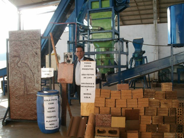 Eudaldo mostra os equipamentos que criou e os produtos feitos com lixo (Foto: Daniel de Oliveira/Divulgação)