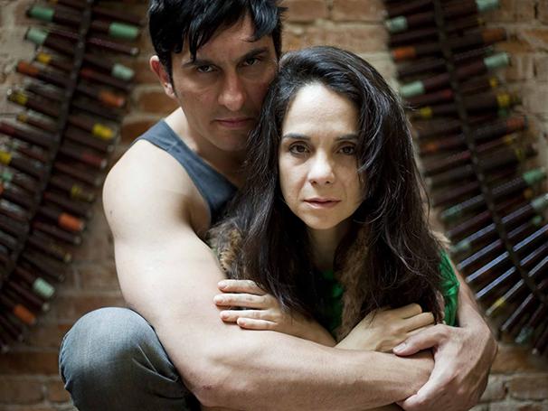 Alexandre Tigano e Claudiane Carvalho em cena em O Orgulho da Rua Parnell (Foto: Divulgação)