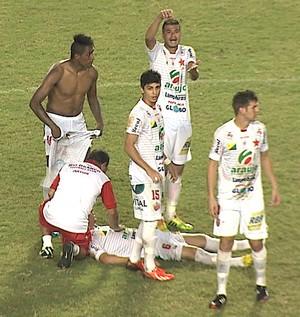 Bruno Oliveira, lateral-esquerdo do Rio Branco, desmaiou antes de bater pênalti contra Anapolina (Foto: Reprodução/TV Acre)