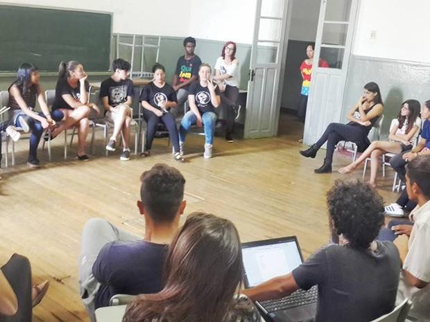 Estudantes se reuniram com integrantes da direção da escola e da Superintendência de Ensino. (Foto: Grêmio Estudantil Carolina Maria de Jesus/Divulgação)