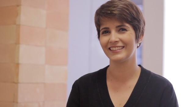 Lilian Lynch responde às perguntas sobre seu novo corte de cabelo. (Foto: TV Anhanguera)