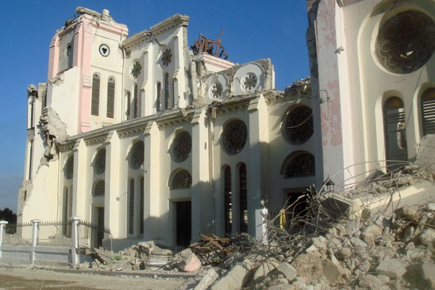 Catedral de Porto Príncipe, localizada na região central da capital haitiana. O prédio ficou praticamente destruído após o terremoto de janeiro de 2010 e as ruínas permanecem na mesma situação (Foto: Tahiane Stochero/G1)