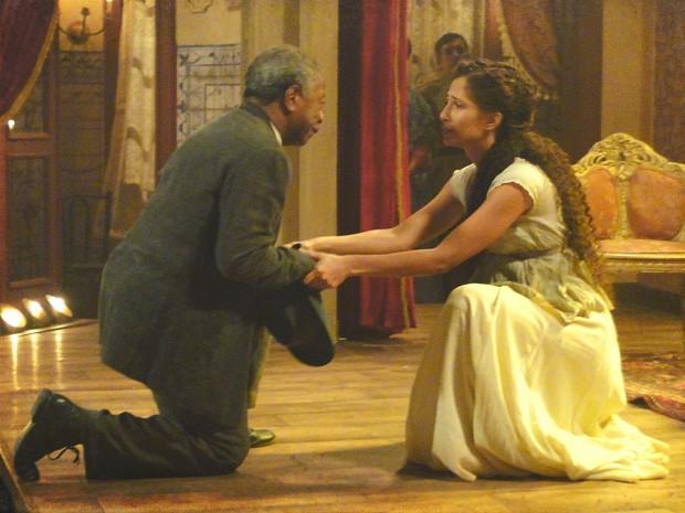 Afonso pede perdão de joelhos para a filha (Foto: Lado a Lado/TV Globo)
