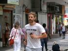 Apressado, Reynaldo Gianecchini é clicado com t-shirt sugestiva no Rio
