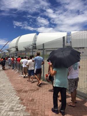 Torcedores enfrentam fila para trocar vouchers pelos ingressos na Arena das Dunas (Foto: Matheus Magalhães/Inter TV Cabugi)