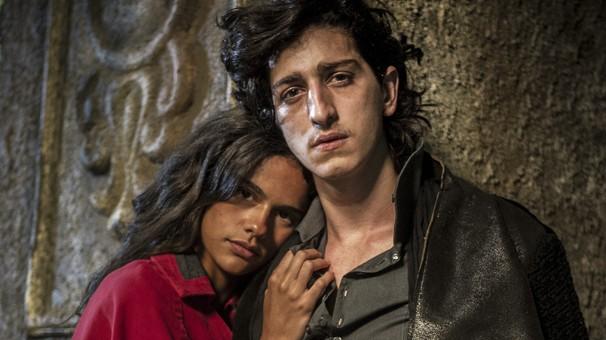 Lena (Arianne Botelho) e Gabriel (Johnny Massaro) são apaixonados na série Amorteamo, que estreia no dia 8 (Foto: Globo)