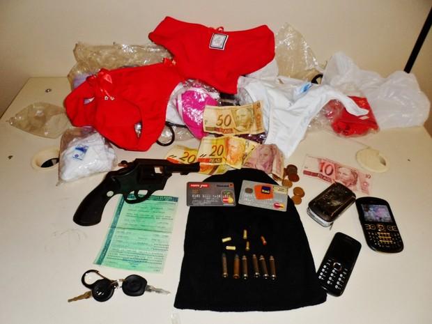 Celulares, dinheiro, cartões de crédito e até lingeries foram apreendidos com quadrilha que realizava assaltos em Maricá (Foto: Ronaldo Barros/Lei Seca Marica)