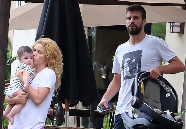 Shakira com o filho, Milan, e Gerard Piqué (Foto: Splash News/AKM-GSI - Brasil)
