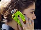 De prata com aplicações de pedras, o 'ear cuff' da it-girl fica um arraso até com a capinha de seu celular (Foto: Sangue Bom/TV Globo)