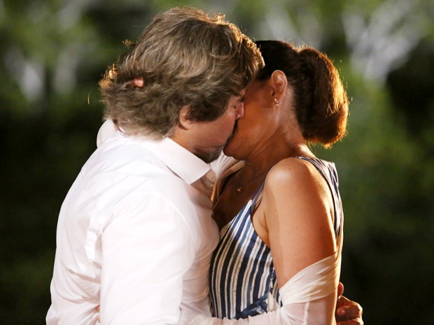 Maria Inês se rende aos beijos de Marcelo (Foto: Carol Caminha/ Gshow)