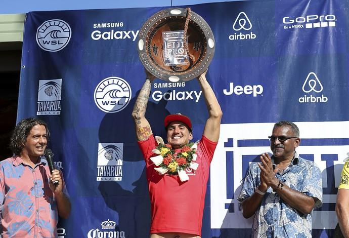 Medina ergue o troféu da etapa em Fiji pela segunda vez na carreira, repetindo 2014 (Foto: WSL / Kelly Cestari)