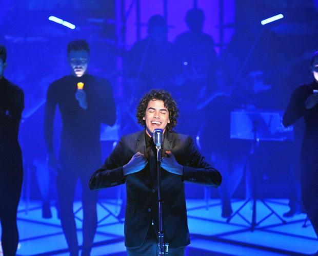 Sam Alves sobe ao palco e canta música de sua técnica (Foto: Fabiano Battaglin/TV Globo)