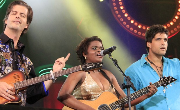 Victor, Nice Silva e Leo cantam 'Sem pensar' no show de gravação do DVD 'Ao vivo em Floripa' (Foto: Divulgação)