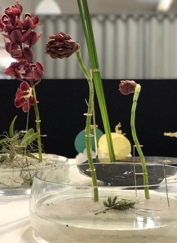 Lançamento da Nara Ota, vaso de vidro com quartzo rosa e suporte de latão com banho de ouro (Foto: Casa e Jardim)