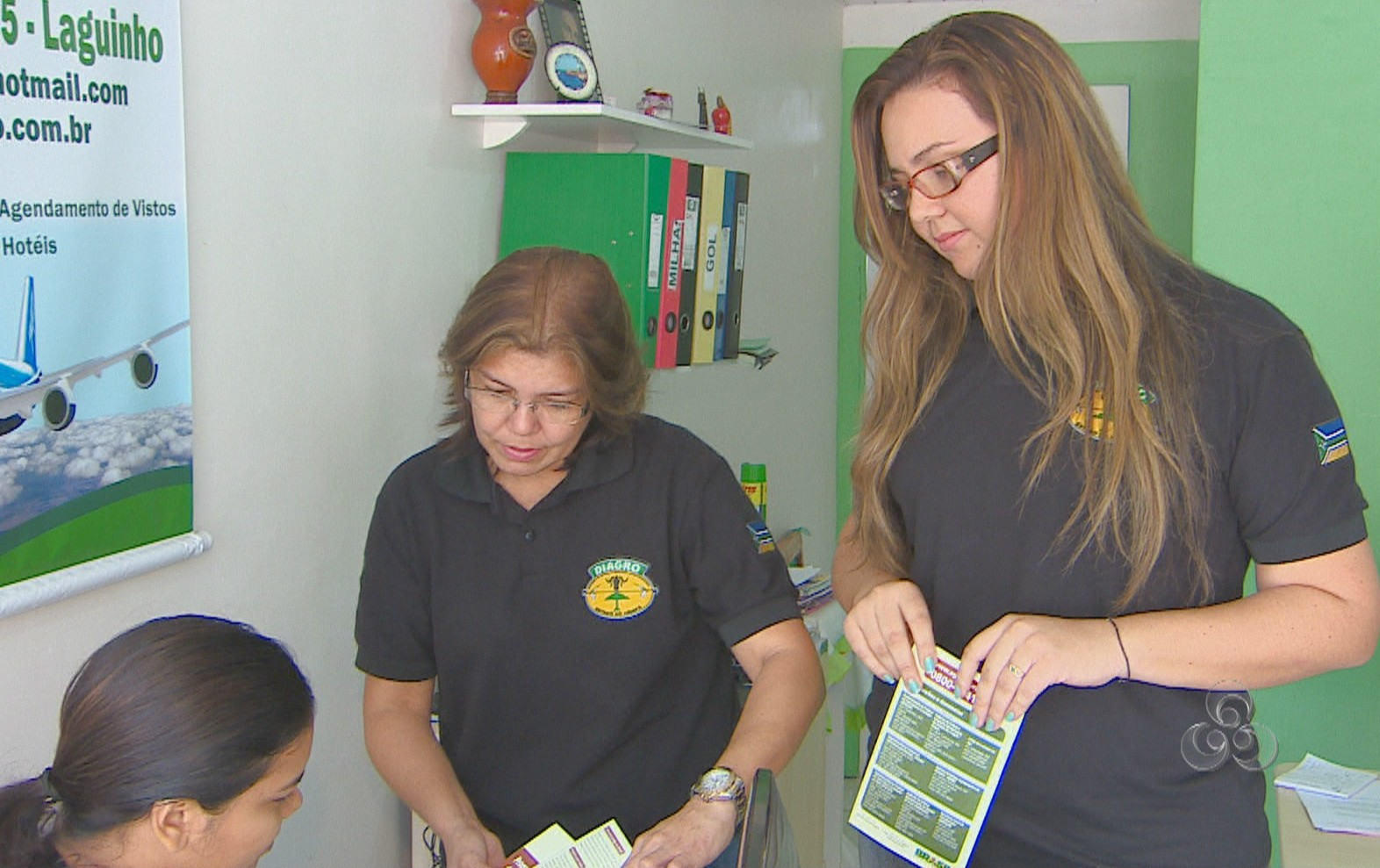 Equipe da Diagro/AP visitando agência de viagem para orientações (Foto: Reprodução TV Amapá)