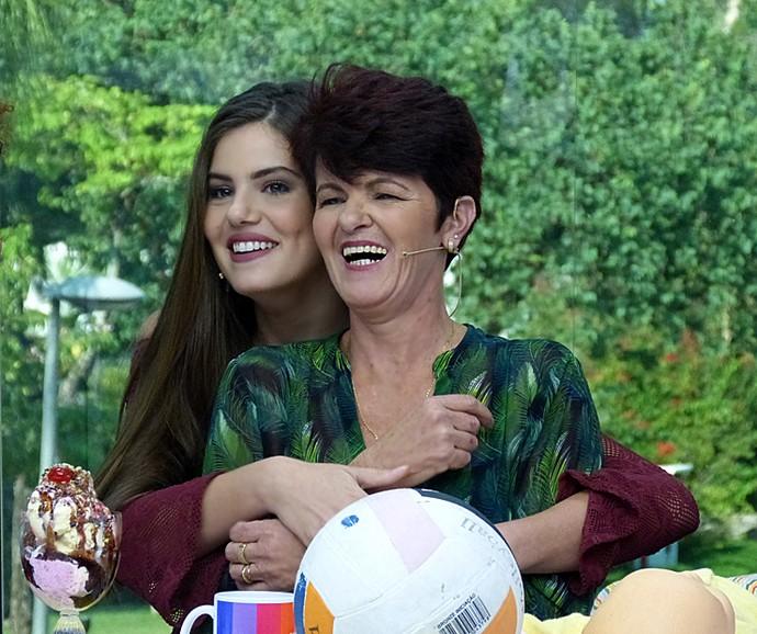 Camila Queiroz se divertiu com as declarações da mãe no Vídeo Show (Foto: Cristina Cople / Gshow)
