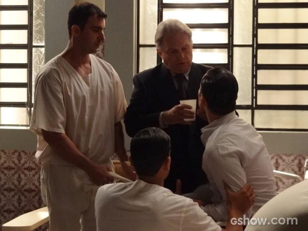 Médico dá remédio para acalmar vilão (Foto: Joia Rara/TV Globo)