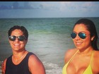 Thammy Miranda e namorada vão à praia e posam juntas