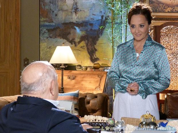 Guiomar enrola Dionísio para ganhar a antiga sede da ONG (Foto: Flor do Caribe / TV Globo)