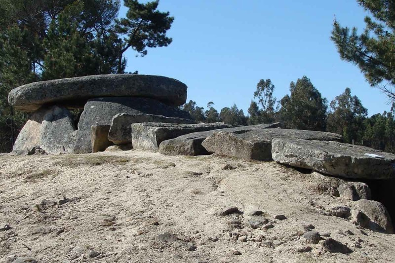 Uma das antas de sete pedras, os túmulos de entrada estreita, em Portugal (Foto: Fábio Silva/ Divulgação)