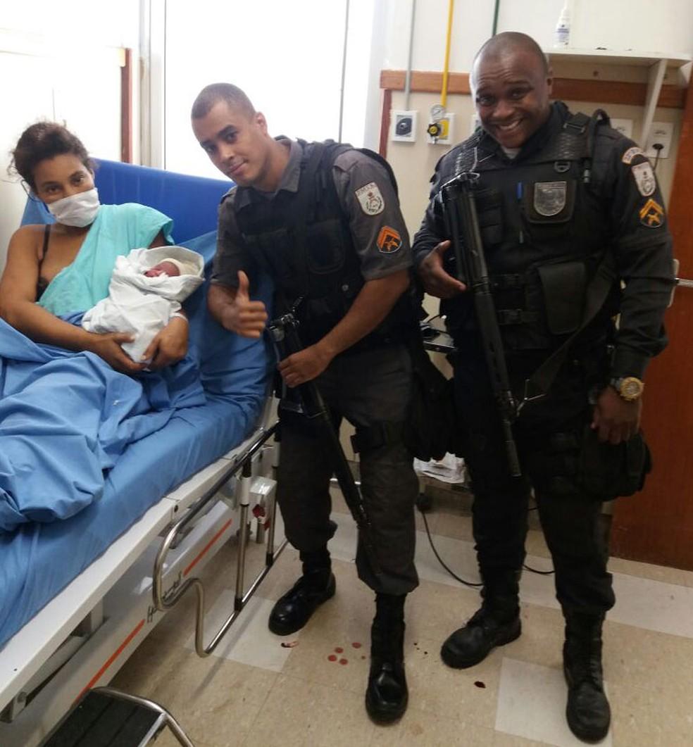 PMs que ajudaram a fazer o parto na viatura visitam mãe e bebê no hospital (Foto: Polícia Militar do Rio de Janeiro/ Divulgação )